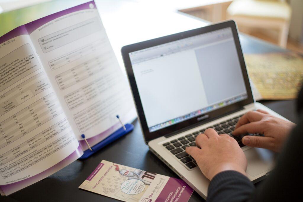 Tastschreiben am Laptop - Arbeitsplatz
